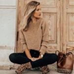 Total look marrón y blanco con botín de Leopardo y bolso a conjunto