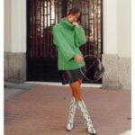 Botas de Serpiente combinadas con jersey de cuello alto verde