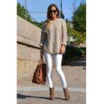 Look beige y blanco con botas de Leopardo